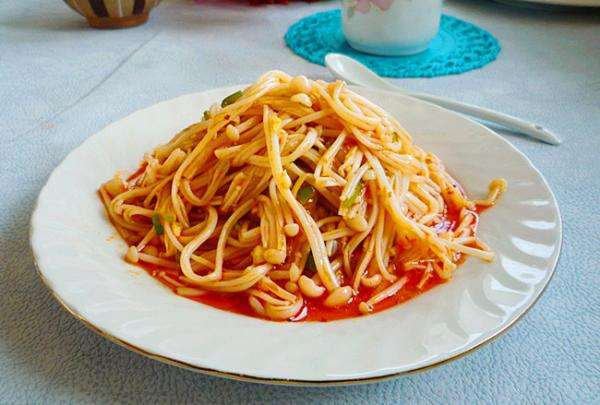 红油金针菇怎么做又香又辣不油腻?秘诀在红油中的干辣椒